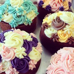 もうすぐバレンタインデー! 本命の人とロマンチックな日にする人もいれば、スイーツを贈りあって女子会で盛り上がる人もいたり、過ごし方はさまざまになってきましたよね。そこで、どんな過ごし方になる人にもぴったりなバラのカップケーキを、本命のあの人や女子会の女友達に贈ってみませんか? Petal Cupcakes, Buttercream Cake, Icing, Sweets, Cooking, Pretty, Desserts, 6 Inches, Food