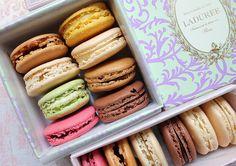 Owns lindos e deliciosos. Macarons da Ladurée. #laduree #macaron #macarrons