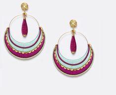 Pendiente de flamenca de gran tamaño que combina los tonos aguas con el buganvilla y pequeños detalles en dorado.