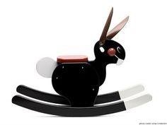 Den härligt glada och mycket populära gungkaninen från Playsam har fina målade detaljer och mjuka öron i skinn. En perfekt doppresent formgiven av Björn Dahlström! Finns i tre färger - svart, rött och vitt.