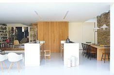 Une cuisine blanche et bois composée de deux îlots