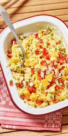Ein toller Reissalat zum Grillen: köstliche Curry-Sauce kombiniert mit fruchtiger Mango und gerösteten Cashewkernen - das solltest du unbedingt probieren!