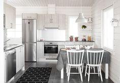 Pallas. Nyt mennään maalle loman viettoon. Topin Pirtti-ovimallisto on kuin perinteisemmältä kesämökiltä. Keittiö kutsuu kokkamaan kotimaisia herkkuja. Persoonallisia yksityiskohtia ja laadukkaita ratkaisuja löytyy jokaisesta huoneesta. Keittiön ovimalli Pirtti PR55 cottage tammi.