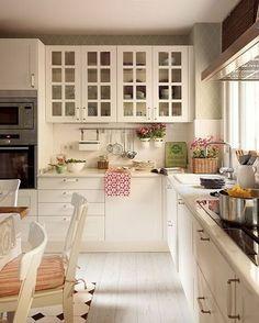 Nessa época do ano, as cozinhas ficam cheias de pessoas queridas. Muita conversa e comida completam a alegria do momento. E, para facilitar o preparo dos pratos, deixe os utensílios expostos - eles ainda dão um toque especial ao décor. #decor #home #kitchen #cozinha #decoracao #cozinha #inpiracao