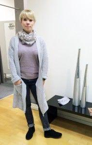 How to wear #LONGCARDIGANS: silbergrauer Longcardigan mit Bindegürtel: Liebeskind - Carolin trägt dazu: Jersey Shirt, Jeans & Dreieckstuch mit Borte: Liebeskind #fashion #stylingtutorial