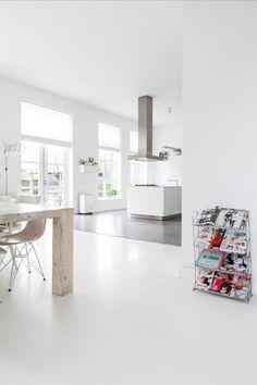 Open keuken met witte gietvloer en cementlook tegels | Open kitchen with a seamless floor and concrete look tiles | vtwonen binnenkijken special 12-2017 | Fotografie & Styling Sonja Velda