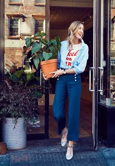How It's Done: The Sailor Pant Even when you have legs for days—like our in-house marketing maven Jenny—finding the right pair of pants can be tricky. Here, Jenny shows us three ways she's wearing her current favorite, our linen sailor pant, on dry. Granny Shoes, Who What Wear, Spring Summer Fashion, Spring Outfits, Sailor Pants, Mein Style, Street Style Blog, J Crew Style, Sartorialist