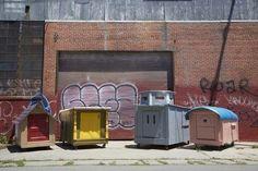 オークランドに住む芸術家のグレゴリーさんはゴミの山をあさる毎日。彼がこんなことをするのは実は家のないホームレスに住居を提供するためなんだ。