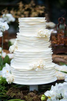 Bolo de casamento branco com babados e flores de açúcar { Bolo: Guta Gula | Foto: Fernanda Scuracchio }