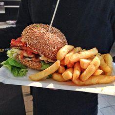 Klassischer Chicken Burger mit leckeren hausgemachten Soßen, wie Aioli und Piri-Piri-Soße | creme berlin