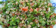 Lækker opskrift på salat med speltkerner, solmodne tomater og grønne krydderurter samt lidt citron og hvidløg der tilføjer ekstra smag.