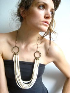 Level 1 or 4 (chain w or w/out hook) up cycled tee shirt necklace - great idea for crochet necklace too Fabric Jewelry, Beaded Jewelry, Jewelry Necklaces, Tribal Fashion, Diy Fashion, Ideas Joyería, High Fashion Makeup, Bijoux Diy, Diy Necklace