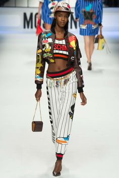 Jeremy Scott presented his new collection for the brand Moschino Fall-Winter Ready to Wear at Milan Fashion Week - Photos. Hip Hop Fashion, Look Fashion, Urban Fashion, 90s Fashion, Runway Fashion, Fashion Models, High Fashion, Fashion Show, Autumn Fashion