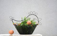 Jarní+slepička.+Drátovaný+košík.+Košík...černý+drát...skleněné+korálky+zelené+a+oranžové+barvy.+Šířka+košíku:+27+cm.+Šířka+slepičky:+33+cm.+Ošetřeno+protirezivění.+Originál+RoníkoVo.