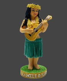 """Figurines décoratives, Hula Namele doll est une création orginale de TikiShop sur DaWanda - Belle poupée hula """"ukulele"""" guitare hawaïenne  miniature pour le tableau de bord de voiture ou votre bureau... sculptée par un artiste et peinte à la main avec détails.  Fait en polyrésine. La base est adhésive pour une fixation parfaite . 12x5cm - la poupée est livrée dans son emballage d'origine au décor hawaïen"""