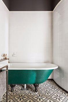 salle de bain rétro sol carreaux de ciment baignoire pieds-vert-pétrole