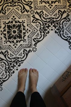 DIY: How to EASILY paint your tile floor for a budget friendly modern update! - Black and White Stenciled Bathroom Floor Refinish Wood Floors, Wood Tile Floors, Diy Flooring, Modern Flooring, Painted Floors, Flooring Ideas, Painting Ceramic Tiles, Ceramic Floor Tiles, Paint Tiles