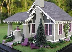 Craftsman Bungalow Dollhouse - Susan's Miniatures The stucco effect, the colours. I can't wait to complete this house myself. Miniature Rooms, Miniature Houses, Miniature Furniture, Dollhouse Furniture, Fairy Houses, Play Houses, Dollhouse Dolls, Dollhouse Miniatures, Dollhouse Ideas