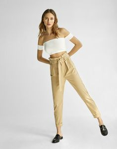 High-rise cropped trousers with belt - Bershka #keylook #trousers #cropped #highrise #belt #woman #bershka