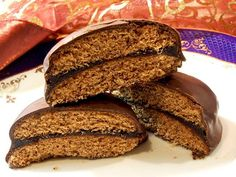 Mézes puszedli (Gingerbread Cookies with Apricot Jam and Chocolate) Hungarian Desserts, Hungarian Recipes, Cake Recipes, Vegan Recipes, Eastern European Recipes, Eat Seasonal, Sweet Cookies, Food To Make, Sweet Tooth