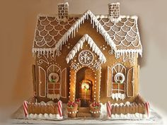 Even without cut out windows, this gingerbread house is gorgeous - Pepparkakshus med söta fönsterluckor Gingerbread House Designs, Gingerbread House Parties, Gingerbread Village, Christmas Gingerbread House, Noel Christmas, Christmas Goodies, Christmas Treats, Christmas Baking, Christmas Decorations