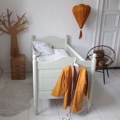 Elegant Antikes Kinderbett um in einer matten blassgr nen Farbe von Painting the Past KinderzimmerAntikeGebraucht