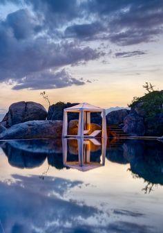 Un rifugio in mezzo agli scogli. Il mare è lo specchio del cielo. #Dalani #Viaggi #Style