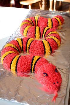 Snake cake Fancy Birthday Cakes, Zoo Birthday, Boy Birthday Parties, Birthday Ideas, Zoo Cake, Jungle Cake, Snake Cakes, Snake Party, Reptile Party