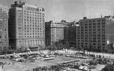 Chile, Santiago. Vista panorámica de la Plaza de la Constitución, Hotel Carrera y Edificio de La Nación. Cambio de Guardia del Palacio de La Moneda, año 1955