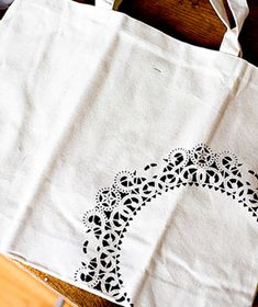 Inexpensive Gift Idea: Paper Doily as Tote-Bag Art. Jazz up a canvas tote by securing a doily to it with adhesive spray, scalloped-side up, then gently painting over the holes with fabric paint. Remove the doily and let dry. Diy Monogram, Monogram Tote Bags, Paper Doilies, Diy Canvas, Canvas Bags, Creation Couture, New Uses, Crafty Craft, Crafting