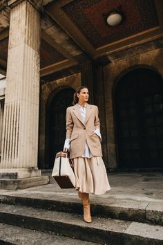 Outfit: Banú Jane Skirt mit Blazer, Stiefeln und Burberry Canvas Tasche #bebanu #banulabel #banu #fashiioncarpet Burberry, Layering Outfits, Blazer, Business Outfits, Mode Outfits, Fall Looks, Skirt Set, Women's Fashion, Autumn