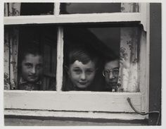Una mostra da vedere se siete a Londra - Milly, John and Jean MacLellan, South Uist, Isole Ebridi, 1954, Paul Strand © Paul Strand Archive, Aperture Foundation