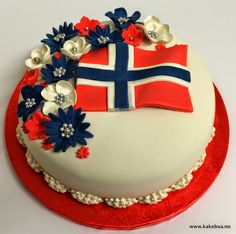 17 mai kake norge 17 Mai, Inside Cake, Flag Cake, Norwegian Food, Scandinavian Food, Swedish Recipes, Love Eat, Cookie Desserts, Homemade Cakes