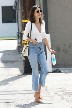Alessandra Ambrosio-redone-Levi & # s-vintage-jeans-cropped-flare Outfit Jeans, Cropped Jeans Outfit, Jean Outfits, Casual Outfits, Cute Outfits, Casual Wear, Vintage Jeans, Alessandra Ambrosio, Look Fashion