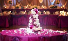 turmförmige Hochzeitstorte mit weißem Überzug, Blumendeko aus Fondant