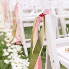 Om op de locaties onze trouwkleuren door te voeren. Simpel pastelkleurige linten bevestigen aan de stoelen.