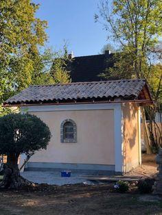 Die Kapelle wurde von privat neu gebaut und wird vom Team von Alina Cesár innen und außen mit Silikatfarbe bemalt. Outdoor Structures, House Styles, Outdoor Decor, Home Decor, Atelier, Paint Techniques, Mural Painting, Tuscany, Wall Design