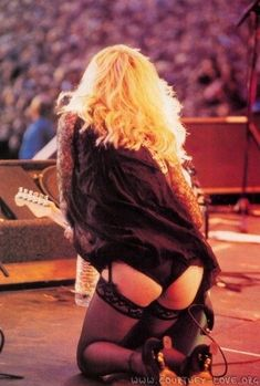 I can see it on her ass that she's Taylor Momsen Nope she's Courtney Love but also one of the finest hornilicious circumstances Female Guitarist, Female Singers, Chicas Punk Rock, Taylor Momson, Courtney Love Hole, Heavy Metal Girl, Bas Sexy, Women Of Rock, Estilo Rock