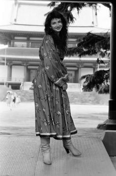 Blue Black Dream (Kate Bush at Zojoji Temple, June Vintage Style Outfits, Vintage Fashion, 70s Fashion, Women In Music, Music Like, Iconic Women, Dress With Boots, Celebs, Celebrities