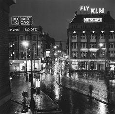 Frits Lemaire, Leidseplein richting Utrechtsestraat in de regen bij avond, Amsterdam jaren 60.