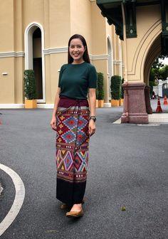 Traditional Thai Clothing, Traditional Dresses Designs, Myanmar Traditional Dress, Traditional Outfits, Blouse Batik, Batik Dress, Batik Fashion, Skirt Fashion, Modern Filipiniana Dress