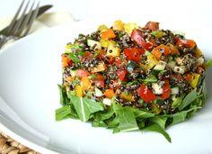 Troceamos el tomate, la cebolleta y el calabacín. Aliñamos con el aceite de oliva, el vinagre y una pizca de sal. Cocemos durante un cuarto de hora la quín