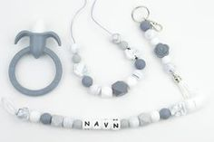 Gavesett med smokkesnor, biteleke, ammesmykket og nøkkelring Beaded Necklace, Beaded Bracelets, Diy Baby, Headphones, Jewelry, Silicone Rubber, Beaded Collar, Headpieces, Jewlery