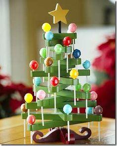 Árbol de navidad con pinzas y caramelos