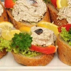 Pripravte si jednohubky so sardinkovou pomazánkou s DELAcréme. Receptov na sardinkovú pomazánku poznáme veľa, ale táto nám chutí najviac. Salmon Burgers, Avocado Toast, Chicken, Breakfast, Ethnic Recipes, Food, Ale, Breakfast Cafe, Salmon Patties