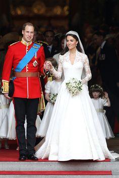 El vestido, que nada envidiaba al de cualquier princesa, un diseño de Sara Burton, directora creativa de Alexander McQueen. Confeccionado en seda color marfil, con escote corazón y cuerpo de encaje francés de manga larga, culminaba en una falda con mucho volumen y una cola de tres metros de largo.