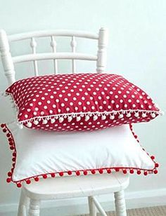 Cojines rojos y blancos - red and white pillows. Sewing Pillows, Diy Pillows, Decorative Pillows, Throw Pillows, Cushion Covers, Pillow Covers, Red Cottage, White Pillows, Soft Furnishings