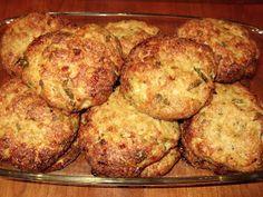 Υλικά:    1 κιλό κιμά κοτόπουλου  2 κρεμμύδια ξερά τριμμένα  1 σκελίδα σκόρδο πολτοποιημένη  ρίγανη  μαιντανό  2 αυγά  Λίγο ελαιόλαδο  1... Greek Recipes, Kai, Main Dishes, Caramel, Muffin, Food And Drink, Cooking Recipes, Chicken, Breakfast