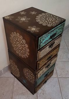 Furniture makeover diy stencil ideas for 2019 Decoupage Furniture, Chalk Paint Furniture, Funky Furniture, Recycled Furniture, Refurbished Furniture, Furniture Projects, Furniture Makeover, Vintage Furniture, Stencil Diy
