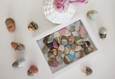 Pebbles touched by chalk paint and Dupli Color Spray Gold paint Gold Spray Paint, Metallic Paint, Chalky Paint, Stone Painting, Diy Painting, Deep Picture Frames, Posca, Touch Of Gold, Painted Rocks
